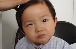 5岁男孩看啥都重影,黑眼珠都快没了!没想到是因为他2岁就开始做这件事....奶奶也被吓坏了!