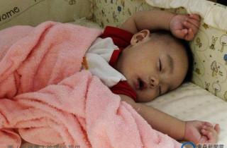 """宝宝睡觉时为什么喜欢""""把小手举高高""""呢?没想到""""原因""""居然是...听完立刻被萌翻了!"""
